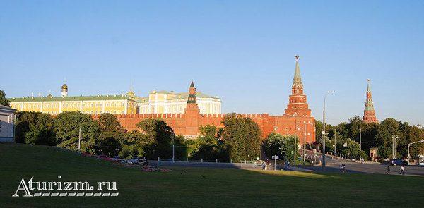 Оружейная, Боровицкая и Водовзводная башни Кремля.