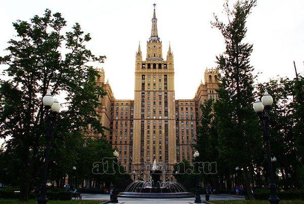 Вид на парк и высотку на Кудринской площади в центре Москвы ст. Барикадная