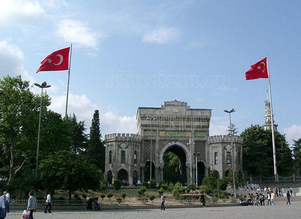 Стамбульский университет на площади Беязит