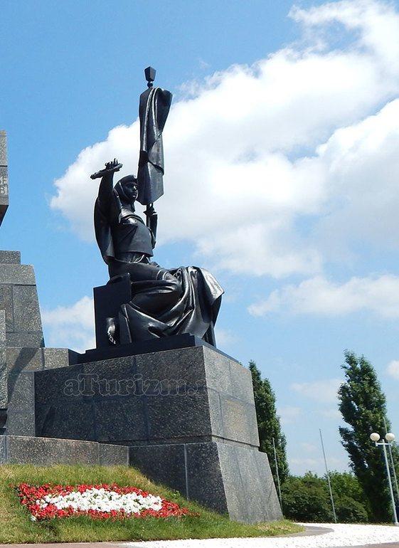 monument-druzhby-03