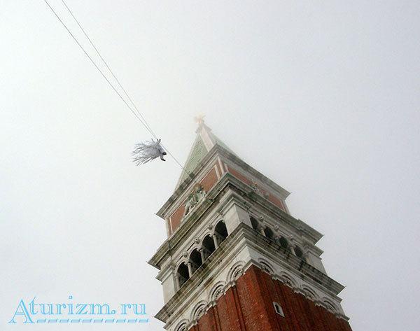 Полет ангела на Венецианском карнавале
