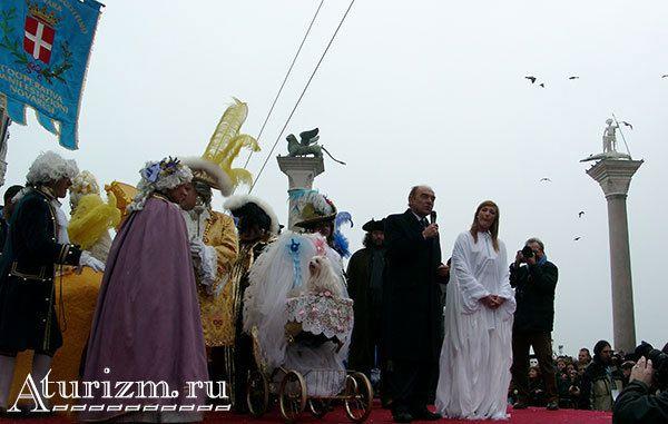 Выступление мэра города на венецианском карнавале