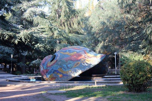 Бассейн Веселый кит в городском парке Алушты