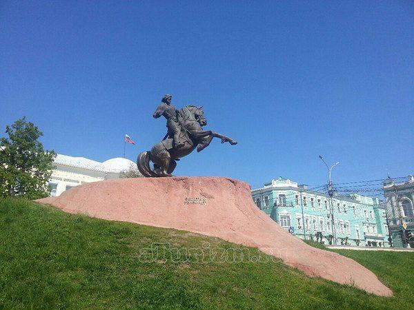 Памятник Евпатию Коловрату на Почтовой площади в Рязани