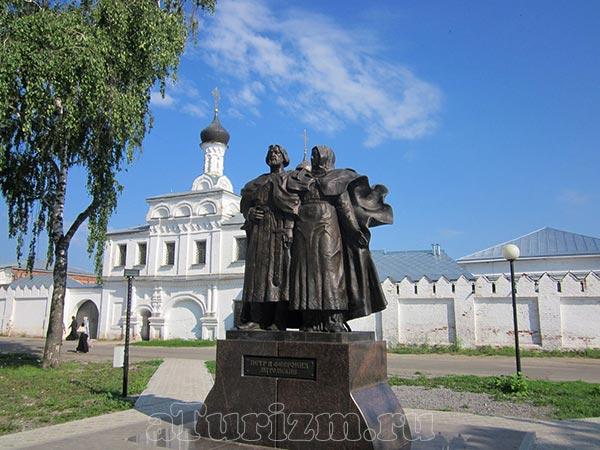 Памятник святых Петра и Февронии