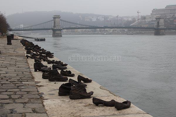 Туфли на набережной Дуная фото