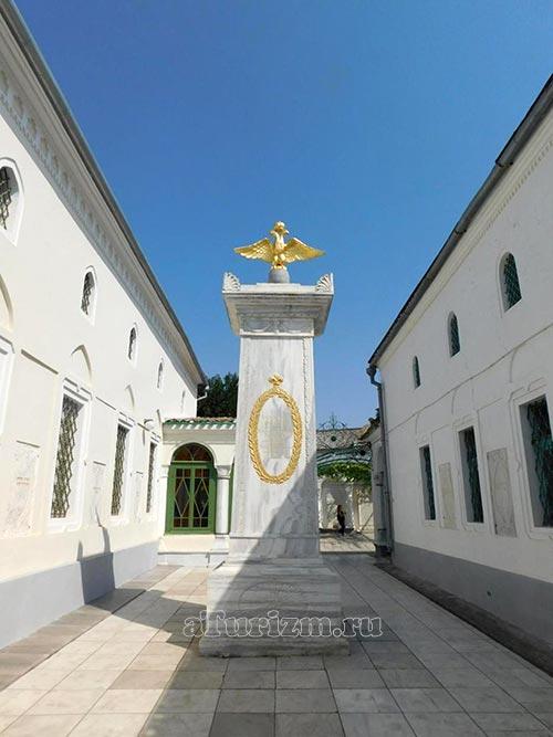Караимские-кенасы,-монумент-в-честь-Александра-I