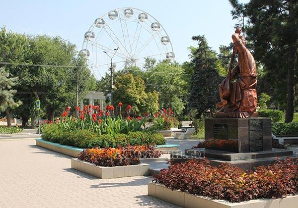 Памятник-А.Омеру-и-колесо-обозрения