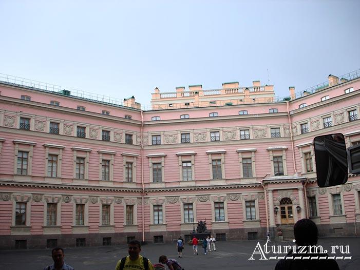 Внутренний-двор-Михайловского-замка