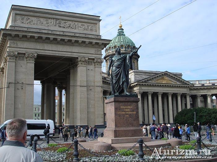 Памятник-Михаилу-Кутузову-возле-Казанского-собора