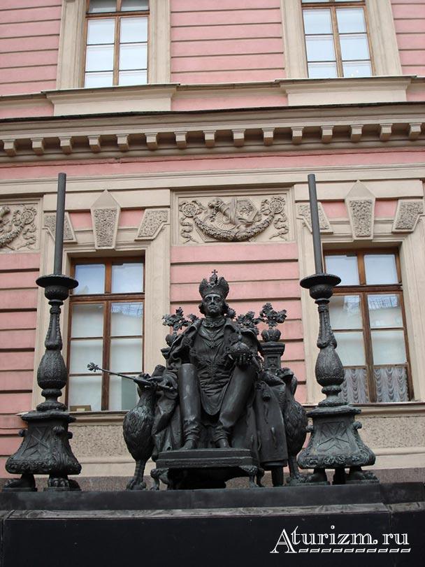 Памятник-Павлу-I-во-дворе-Михайловского-замка