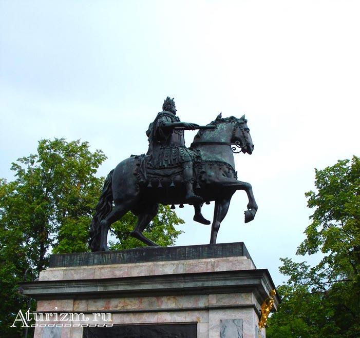 Памятник-Петру-I-в-образе-Цезаря-около-Михайловского-замка